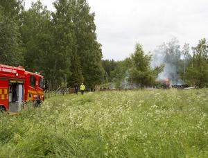 Redan när räddningstjänsten kom fram var fritidshuset övertänt och man fick fokusera på att hindra branden från att sprida sig till intilliggande byggnader.