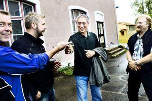 Efter ett och ett halvt år är nu fastighetsaffären mellan Söderhamns kommun och Swetech AB i hamn. Företagets ägare Guoqiang Zhao tar emot nycklarna till Östanbo skola.