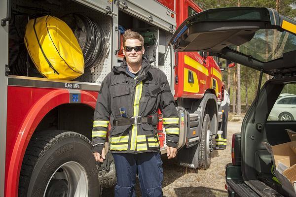 – Många barn tycker att det är spännande att få vara med och titta och känna på vår utrustning, eller provsitta bilarna säger Mikael Rosén från Räddningstjänsten Vemdalen. Han berättar att de ställer upp som sjukvårdare på Bygdetravet, men också att de är ute på jippon för att visa upp sig. De behöver bli flera på Räddningstjänsten i Vemdalen då det saknas sju personer.