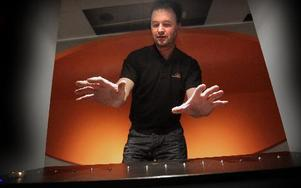 Erik Eronn, tekniker, har konstruerat skuggpianot som spelar när fingrarna bryter ljusstrålar. Foto: Staffan Björklund