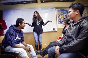 Safaa Rasas instruerar Jama Mohamed, Diddi Darabi och Ahau Mang Son, i en verklighetstrogen dramaövning där rasism och utsatthet gestaltas.
