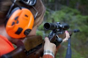 Trots att det totala antalet minskar rejält, har antalet kvinnor som löser jaktkort ökat.