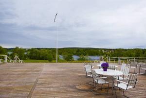 Utsikten över Sidsjön är vidunderlig. Varma dagar kan patienterna – som på hospicet kallas gäster – sitta eller ligga ute. Altanen är väl tilltagen för att man ska kunna rulla ut sängarna. Det finns också en ramp så att man kan ta sig ut ned till sjön – om inte i säng så alla fall i rullstol.