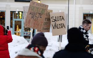 Demonstration mot våldtäkter. Uppemot 100 kvinnor våldtas varje dag i Sverige enligt Brås uppskattningar. Fotograf: Bertil Enevåg Ericson/TT