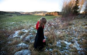 Den ångermanländska visan och dialekten går som en röd tråd genom Ulrika Bodéns konstnärsskap.