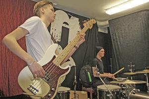 Elias Hammare är basisten i blueskvartetten. Jonathan Ekvall som sitter vid trummorna har bestämt sig. Han ska bli rockstjärna.
