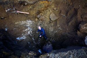 Ulf Martinsson arbetar med att installera vatten och avlopp till den nya getgården.