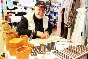 Beat Dummel kommer från Schweiz och har lärt sig sameslöjd av en samekvinna. Han gör smycken, som här ett armband med tenntråd och lite silver, och näverburkar.