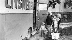 14 juni 1973. Står du här vid butiksbussen?