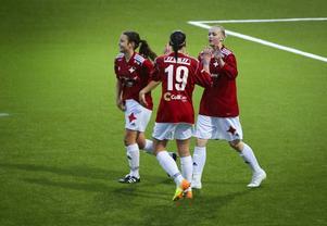 Linnea Bergqvist gratuleras efter sitt andra mål för kvällen när IFK tog en klar derbyseger mot Frösön.