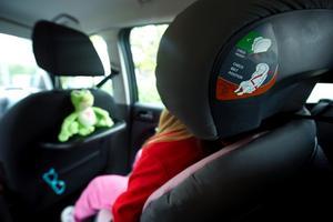 Hälften av landets 3-åringar sitter felvända i bilen, visar en undersökning gjord av NTF. NTF rekommenderar att små barn ska sitta bakåtvända så länge som möjligt för att undvika allvarliga skador.