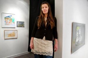 Maria Bernholm har ett eget uttryck och rör sig i lite av samma motivvärld som Helene Billgren. Billgrens fem målningar talar tydligt om utsatthet, objektifiering och ett samhälle med tveksam syn på unga flickors intressen och kroppar.