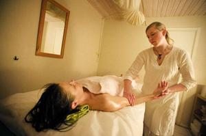 Abhyanga är en helkroppsemassage med varm olja, som sägs rena kroppen från gifter och andra slaggprodukter.
