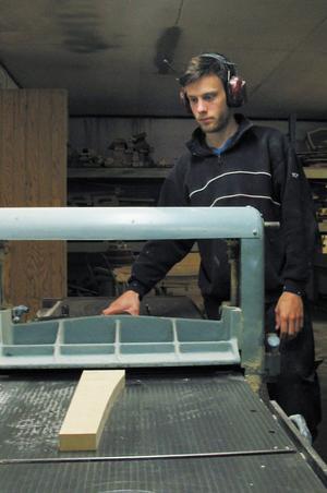 Johan Dahlgren startade sitt företag i Viksjöfors för ett drygt år sedan. Det mesta av virket som han använder finns att köpa in från närområdet.