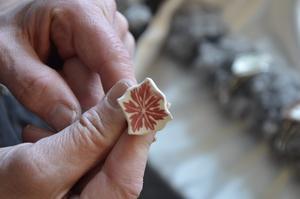 Porslinskonst. Ann Liljeqvist från Frövi skär isär gammalt porslin och gör smycken av. Det här var hennes andra år med Vinterspår.