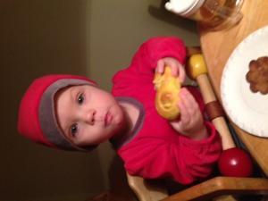 Maja äter lucia fika på Sagogårdens förskola.