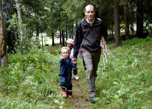 Det finns massor att upptäcka i skogen. Sigrid Alexandre kommer tillsammans med pappa Andreas.