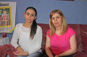 Dana och hennes mamma Faten berättar att de är ständigt oroliga över vad som ska hända.