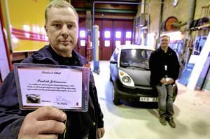 """Elkörkort. Fredrik Johansson var en av de fem första att få Per Halldins speciellt framtagna interna körkort på kommunens """"nya"""" elbil. Onsdagen före påsk fick han utbildning på bilen av förre ägaren Admir Ribic."""