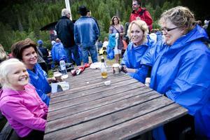 Under årets regnskur delade även representanter från Kramfors ut regnponchos till alla som behövde, så publikhavet tog en mer blåaktig ton.Jonna Dyneborg, Pernilla Dyneborg, AnnaLena Sjödahl och Berbro SJödahl sitter och myser uppe vid landsbygdstorget.