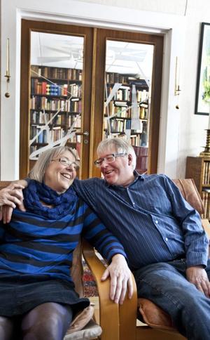 Margareta och Conny har inrett radhuset så att man ska kunna vara många. Här sitter de framför sköna pardörrar med konstglas av Harry Ceson.