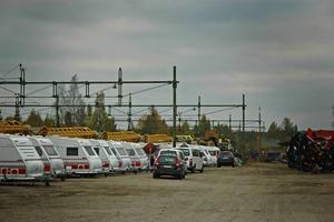 Husvagnarna har intagit Ockelbo. 100 järnvägsarbetare sliter både dag och natt för att byta ut delar av rälsen som är gammal och trasig.