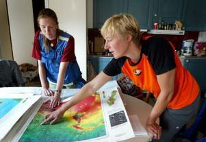 Katarina Nilsson och Ilka von Dalwigk vid magnetkartan. Den visar inte bara berggrundens utan all magnetism, och det kraftigaste utslaget på hela kartan ger Kubal.