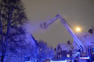 Kraftig rök bolmade ut från fastigheten på Sveavägen när räddningstjänsten anlände till platsen.