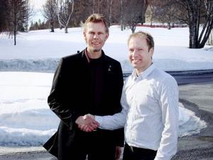 """""""Vi vill ta vara på alla möjligheter som vindkraften kan skapa"""", säger Daniel Perfect, vd Strömsunds utvecklingsbolag, till vänster. Till höger Gabriel Duveskog."""