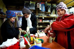 Julförberedelser i Sörfors. Philippa och Angelique Grampeix pysslade i Tomteverkstaden tillsammans med Melina Welander i går.