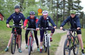 Åsarnas skidungdomar har testat cykelbanorna och gör tummen upp.