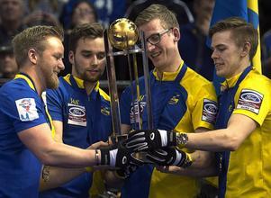 Världsmästarna Niklas Edin, Oskar Eriksson, Kristian Lindström och Christoffer Sundgren lyfter den efterlängtade guldbucklan.