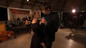 Linnea Dixgård och Gustaf Norén sjunger duett.