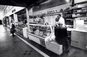 Det är den 15 juni 1970. Personlig betjäning kan småbutikerna ge. Köpman Bertil Pettersson, som drar sig tillbaka på midsommarafton, plockar här ihop beställningen åt en nittioårig stamkund.