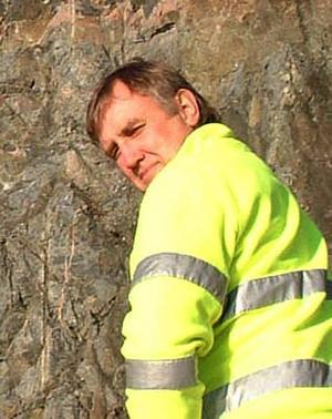 Peabs Kurt Solem, platschef för skyddnätsprojektet vid Prästberget efter riksväg 87, berättar att det är många orsaker till att vägens stängts av.
