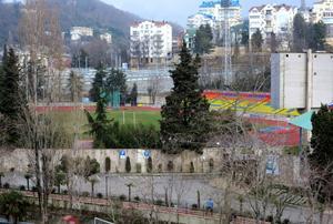 Fotbollsplanen i centrala Sotji är inte alls i samma skick som de olympiska anläggningarna i Adler och Krasnaja Poljana.