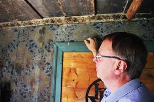 Karl-Erik Envall guidade besökare runt Bommars. Det gamla köket har kvar schablonmålningar som gjorts direkt på träet.