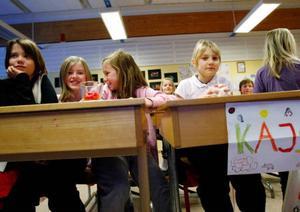 Lovisa, Linn, Linn och Kajsa tycker det är roligt att man kan titta på film på den nya skol-tavlan.