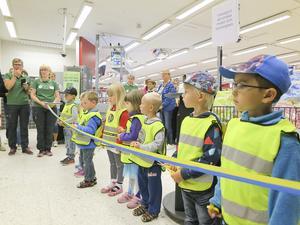 Barn från Bollstabruks förskola klippte bandet på invigningen av Coop.