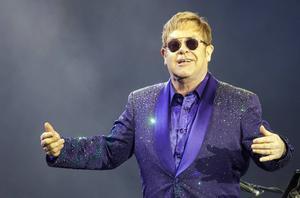 Elton John på en spelning i Israel.