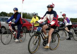 Njurundaturen startar. I förgrunden ser vi Solbritt Stämberg som tar de första tramptagen på de 35 kilometernas cykeltur.