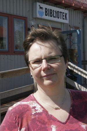 Bibliotekschef Lena Gräntz säger att hon fick frågan med kort varsel. Det går inte att bara riva upp ett fattat beslut och ta till en lösning som inte följer regelverket.