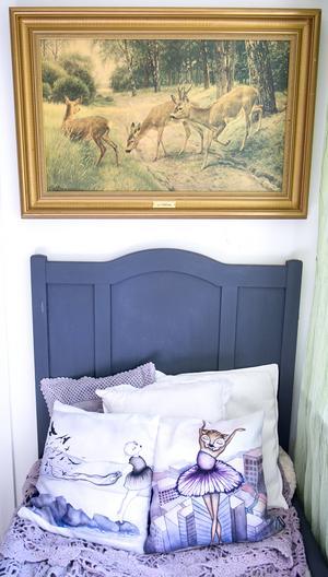 Sagas pojkvän Magnus har en hund som gillar att sitta här i sängen och se på rådjuren, både i naturen och på tavlan.Kuddarna har Saga målat.