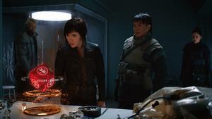 Major Motoko Kusanagi (Scarlett Johansson) tillsammans med sina polismän i den nya versionen av