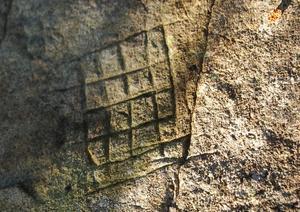 Dessa rutmönster, som återfinns på många av ristningarna, vet forskarna inte betydelsen av. Foto:Björn Rehnström