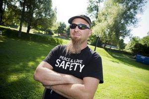 Han bossar för scenbygget. Mats Rönnevald och hans kamrater i sällskapet BBES är professionella på området.