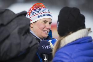 Ida Ingemarsdotter, Åsarna, var rejält besviken efter att ha åkt ut i semifinal i sprinten, men nöjd som helhet med premiärhelgen. Här intervjuas hon av SVT:s Vinterstudion.