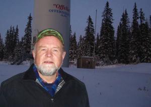 Bo Almer framför vindsnurran Offeliasom ägs av den befintliga ekonomiska föreningen Offerdalsvind. Foto: Perra Lindahl