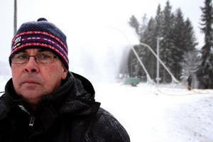 Föreståndare Bernt Svanberg på Bergeforsens IP kan nöjt konstatera att en del av skidspåren redan går att använda och i början av nästa vecka ska all konstsnö ligga på plats.
