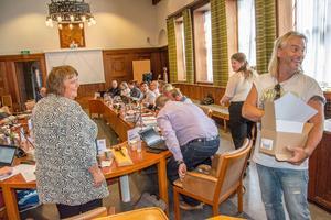 Föreningen Startskotts Björn Höglund kom med en sommarlovspresent till Östersunds beslutsfattare i samband med det sista kommunstyrelsesammanträde på onsdagen.